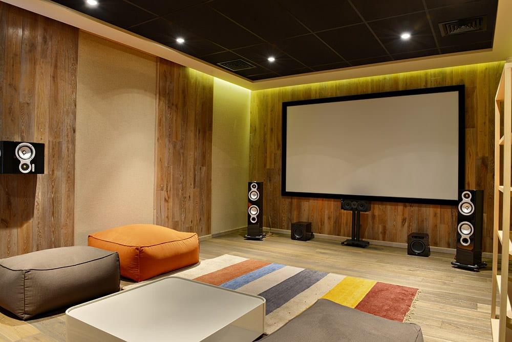 Ecran de projection cadre fixe mural avec bords noirs pour salle dédiée home cinéma